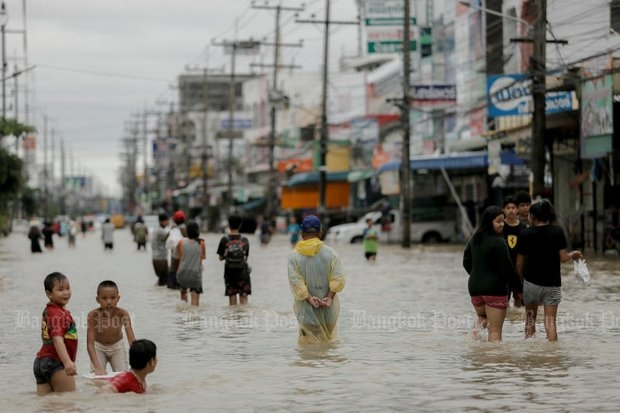 The main streets of Nakhon Si Thammarat town were knee-to-waist deep at the peak of the flood. (Reuters photo)
