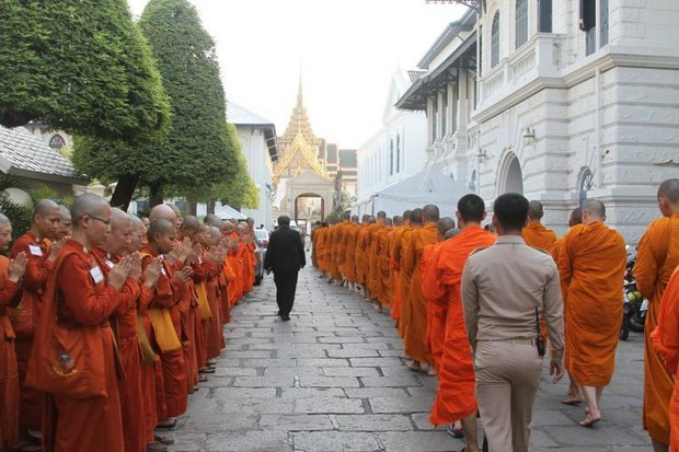 A row of female monks (left), after being barred from paying respect to the late monarch, paid respect to the monks who are escorted into the Grand Palace to attend the royal ceremony. (Photo Courtesy Songdammakalyani Monastery)