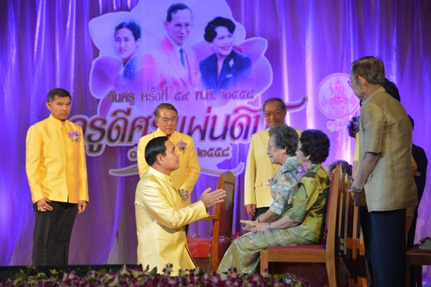 On Wai Kru Day 2015, Prime Minister Prayut Chan-o-cha paid respect to his old high school teachers at Wat Nuan Noradit School in Bangkok. No one doubts poor educational outcomes, but there is plenty of dispute about who and what are at fault. (Photo courtesy of Government House)