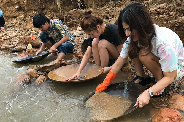 Thanakorn Montha (right) and her friends travelled from Bangkok to try their luck panning for gold at Klong Thong canal in Prachuap Khiri Khan's Bang Saphan district. (Photos by Chaiwat Satyam).