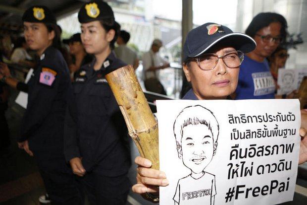 A protester at the Skywalk, Ratchaprasong, calls for bail for lese majeste suspect Jatupat Boonpattararaksa, aka Pai Dao Din. (Photo by Pattarapong Chatpattarasill)