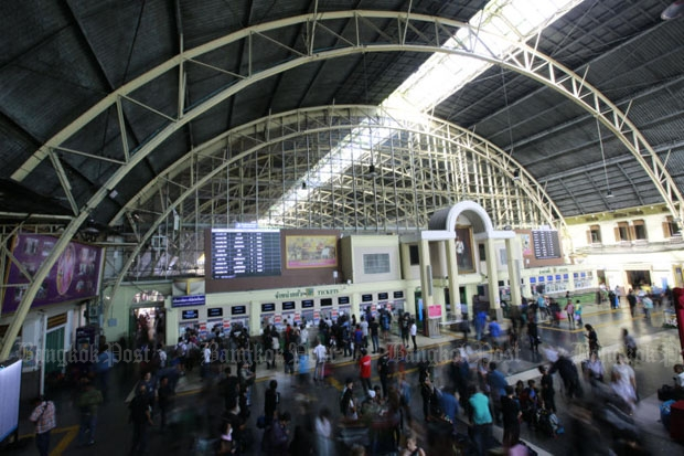People queue for tickets at the Hua Lamphong railway terminus in Bangkok during the New Year festival. The State Railway of Thailand will launch its online e-TSRT reservation service on Wednesday. (File photo by Pattanapong Hirunard)