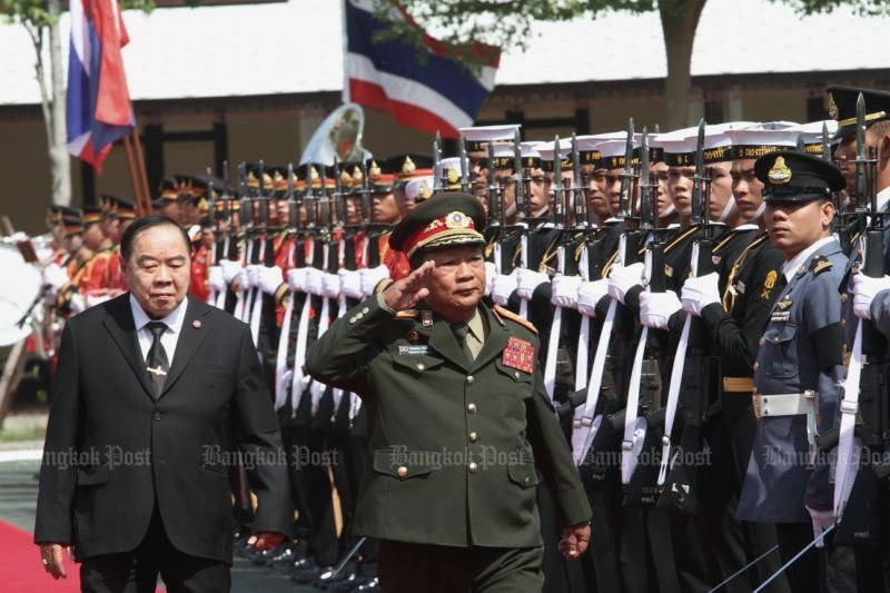 Visiting Lao Defence Minister Lt Gen Chansamone Chayalath, accompanied by counterpart Gen Prawit Wongsuwon, inspects a guard of honour before Thai-Lao General Border Committee meeting talks Jan 25-27. (Photo by Apichart Jinakul)