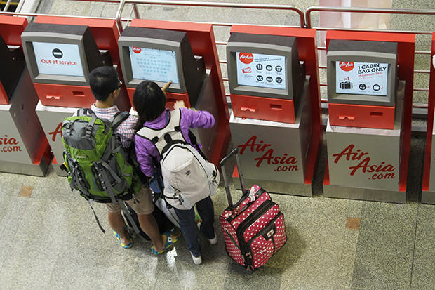 Thai AirAsia passengers do self check-in at Don Muang airport. Thai airlines will pass on the hefty hike in jet fuel for domestic travel to consumers. (Photo: Thai AirAsia)