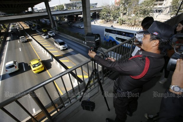 Police on Wednesday demonstrated the use of a traffic camera on a footbridge over Vibhavadi Rangsit Road. (Photo by Pattanapong Hirunard)