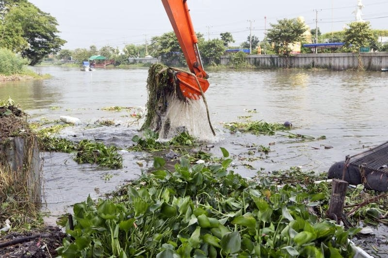 Flashback: In October, 2016, agencies rushed to obey Prime Minister Prayut's order to clear the hyacinth, such as this operation on Klong Rangsit. But the attorney-general's office now says the operations were muddled and wasteful, with five departments at cross purposes. (Photo by Tanaphon Ongarttrakul)