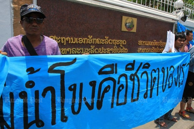 Members of a people's network representing riverside communities in eight provinces along the Mekong rally against a dam project. (File photo by Tawatchai Kemgumnerd)