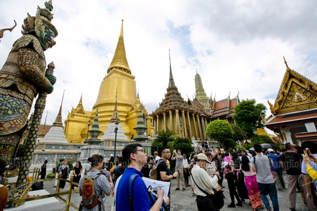 Tourists visit the Temple of the Emerald Buddha. The cabinet on Tuesday extended visa incentives for six more months to attract more visitors. (Photo by Krit Promsaka na Sakolnakorn)