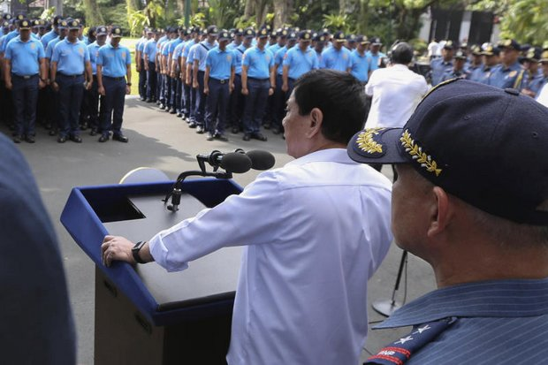 Philippine President Rodrigo Duterte speaks to erring policemen during an audience at the Presidential Palace grounds in Manila. Duterte has given the green light for 2014 plans to station US troops in the country temporarily. (AP photo)