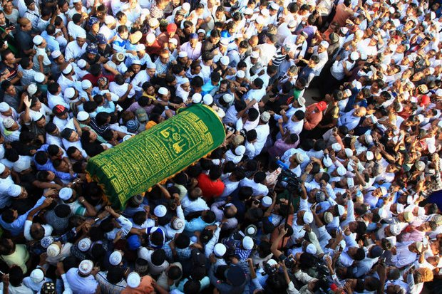 The coffin of slain Muslim lawyer Ko Ni is carried to a cemetery in Yangon on Jan 31, the day after he was gunned down in a politically charged murder case. (Reuters photo)