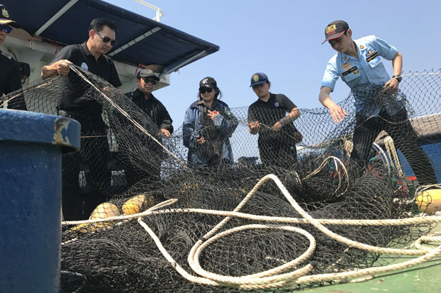 Staff of the Department of Marine and Coastal Resources check fish nets that will be used to collect garbage from the sea off Prachuap Khiri Khan. (Photo by Chaiwat Satyam)