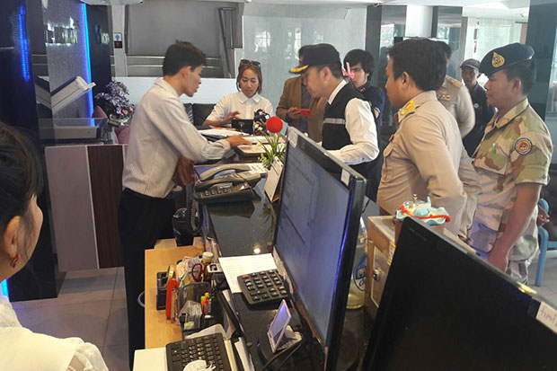 Bang Lamung district officials inspect a Pattaya hotel on Tuesday afternoon and find it is operating without permission.(Photo by Chaiyot Pupattanapong)