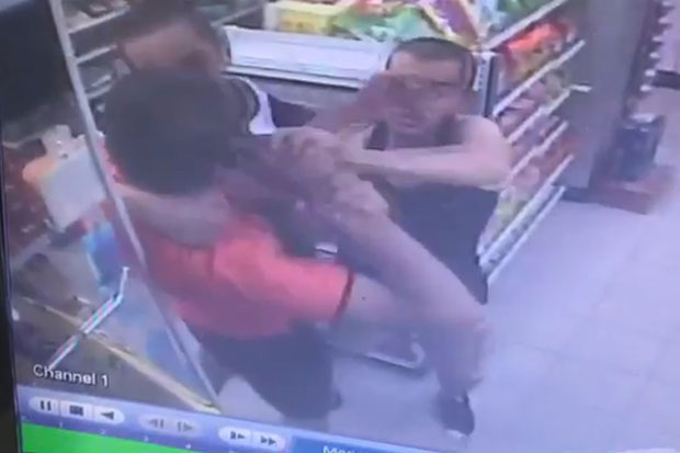 A security camera in a convenience story captures the attack by an 18-year-old Kuwaiti tourist on his compatriot, also 18, with a friend trying to intervene in Pattaya, Chon Buri, on Thursday.