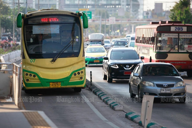 The Bus Rapid Transit system eats up an entire lane on Rama 3 Road. (Photo by Jiraporn Kuhakan)