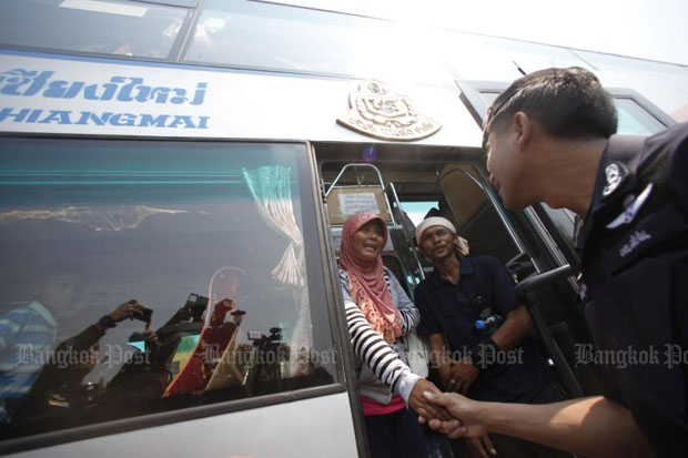 An official shakes hands with a demonstrator after the Krabi coal-fired power plant protest outside Government House is ended. (Photo by Pattarapong Chatpattarasill)