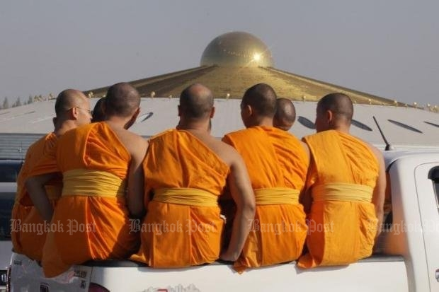Monks watch as police, DSI and military teams search fruitlessly beneath the 'space-age temple' for the Dhammakaya sect founder. (Post Today photo)