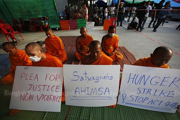 Monks go on a hunger strike outside Wat Phra Dhammakaya in Khlong Luang district in Pathum Thani on Wednesday demanding a Section 44 order imposed on the temple be lifted. (Photo by Pattarapong Chatpattarasil)
