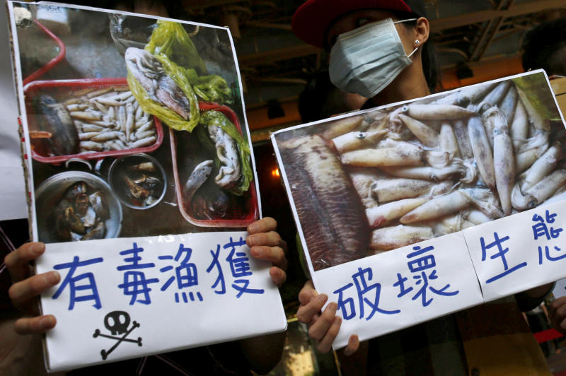 Protesters in Taipei hold placards during a protest calling for Formosa Plastics to investigate and voluntarily disclose its own findings on massive fish deaths in Vietnam on Aug 10, 2016. (Reuters photo)