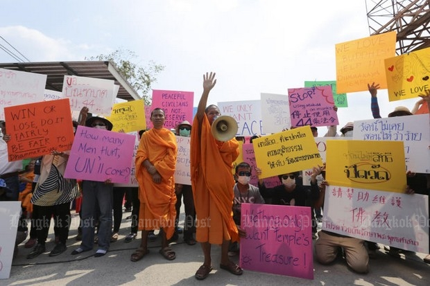 Monks and followers of Wat Phra Dhammakaya gather just outside the temple at Talat Klang Klong Luang to try to prevent authorities from retaking the market area they occupy. (Photo by Patipat Janthong)