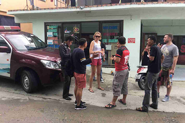 Two Russian tourists tell police on Wednesday that five men tried to extort money from them and then stole personal items at Rin Beach in Koh Phangan district of Surat Thani on Tuesday night, in return for dropping false drugs charges against them. (Photo by Supapong Chaolan)