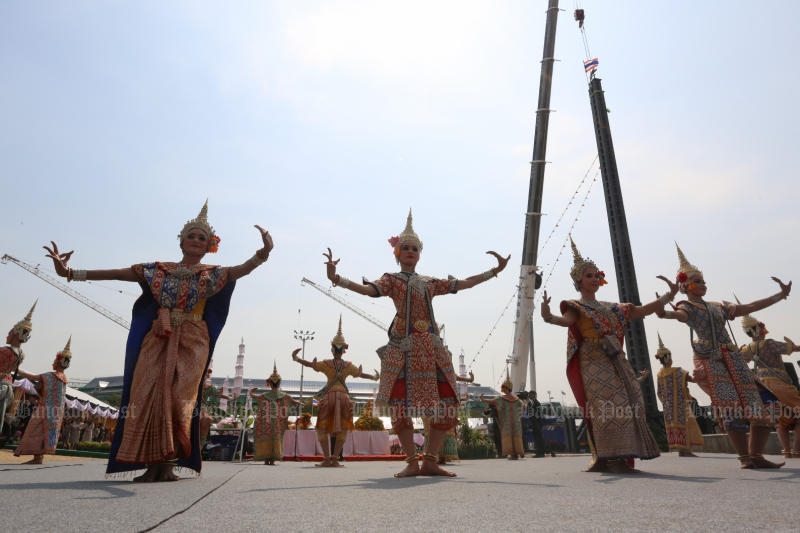 The main pillar of the royal pyre is put in place in a ceremony at Sanam Luang in Bangkok on Feb 27, 2017. (Bangkok Post file photo)