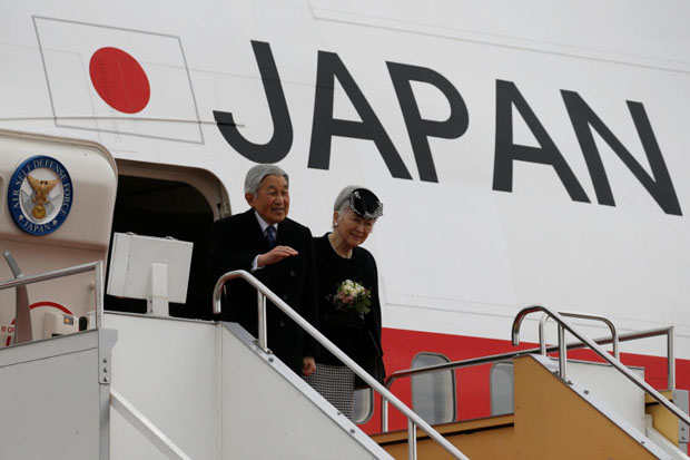 Japan's Emperor Akihito (L), accompanied by Empress Michiko, waves as they board a special flight for their visit to Vietnam and Thailand, at Haneda Airport in Tokyo, Japan February 28, 2017. (Reuters photo)