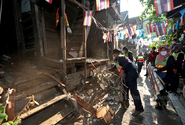 Four more houses in the Mahakan Fort community are demolished, including house number 95 that experts had recommended be conserved. (Photo by Chanat Katanyu)