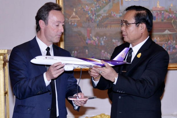 Prime Minister Prayut Chan-o-cha and Airbus Commercial Aircraft president and chief operating officer Fabrice Bregier pose for a picture with a model Thai Airways plane during their meeting at Government House Wednesday. (Photo Courtesy Government House)