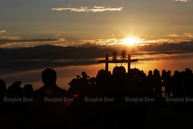 Tourists enjoy the sunrise at a view point at Ban Santichon in Pai district of Mae Hong Son on Nov 27, 2016. (Post Today photo)