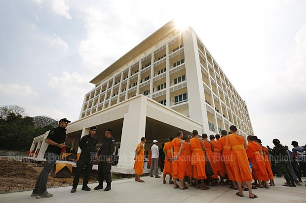 Monks watch authorities search the Boon Raksa building inside Wat Phra Dhammakaya in Khlong Luang district, Pathum Thani, on Friday. (Photo by Pattanapong Hirunard)