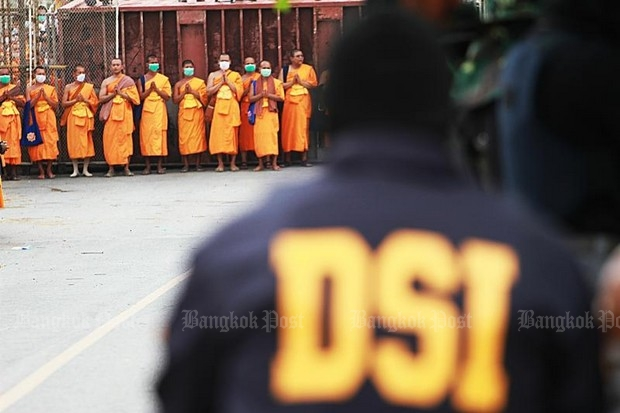 The thousands of Department of Special Investigations and other security officials are in ignominious retreat as monks and the Dhammakaya sect faithful celebrate the failure of Section 44. (Post Today photo)