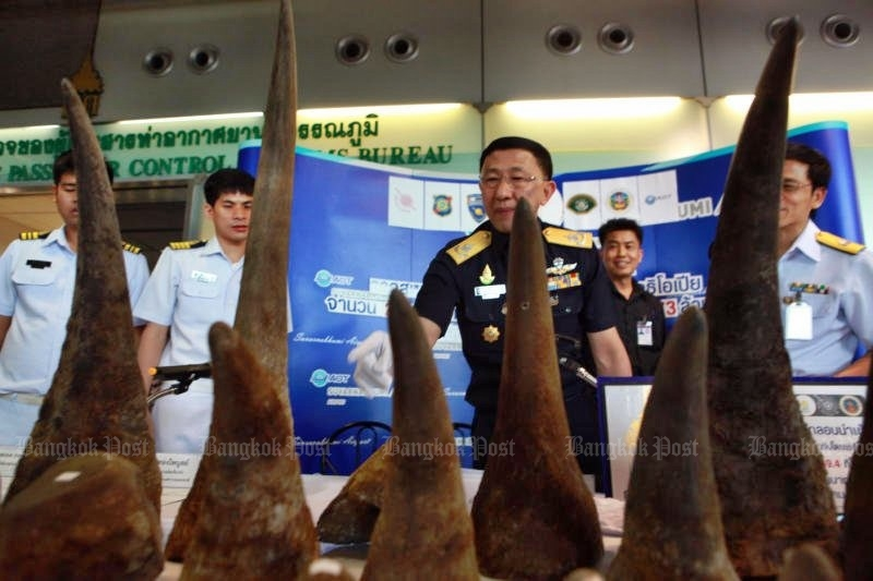 Customs officials display 21 rhino horns weight about 50kg, seized in the baggage of a woman at Suvarnabhumi airport. (Photo by Somchai Poomlard)