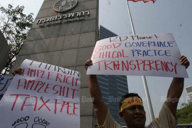 Pro-democracy protesters demonstrate against the Thaksin tax breaks at the Revenue Department. (File photo)