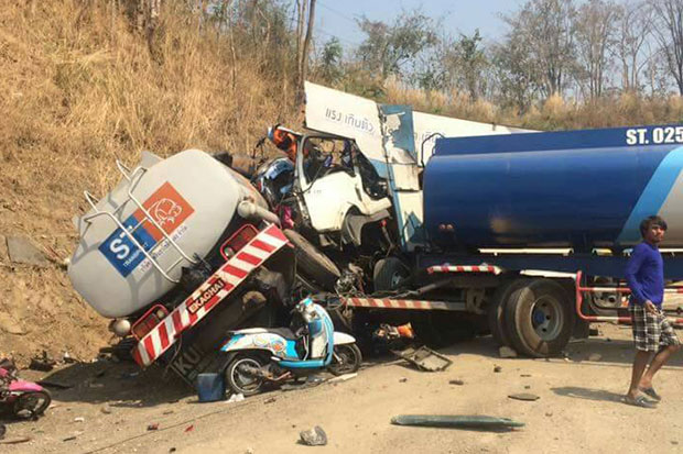A six-wheel lorry carrying motorcycles crashes head-on into an oil tanker in Mae Sot district, Tak province, on Thursday morning, killing four people and seriously injured one. (Photo by Assawin Pinitwong)