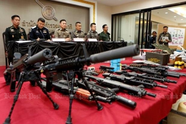 Top junta officials including national police chief Chakthip Chaijinda (third from left) showed seized arms at a press conference held Sunday. (Photo by Apichit Jinakul)