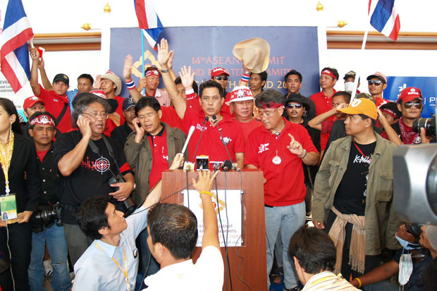 Arisman Pongruangrong (centre) gestures at the Royal Cliff Beach Resort Hotel in Pattaya on April 11, 2009, where the Asean Summit was being held. (Photo by Trinai Jansrichol)