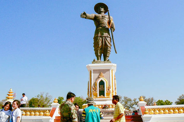 Laotians at the statue of King Chao Anouvong on the banks of the Mekong River in Vientiane. Cambodia is trying to get more tourists from Laos to visit the country. (Khmer Times photo)