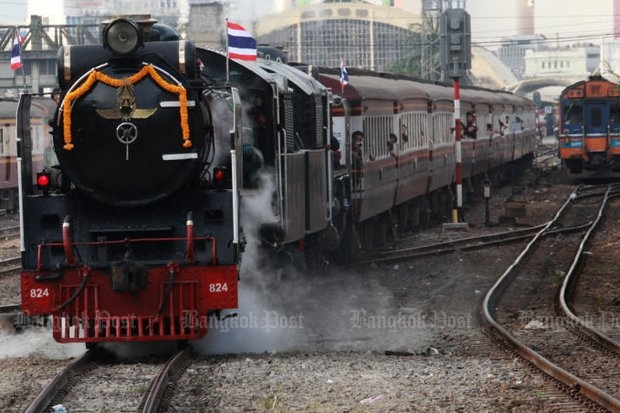 A steam locomotive chugs out of Hua Lamphong terminal with carriages full of tourists on a special trip to the ancient capital of Ayutthaya, marking the 120th anniversary of Thai railways. (Photo by Wichan Charoenkiatpakul)
