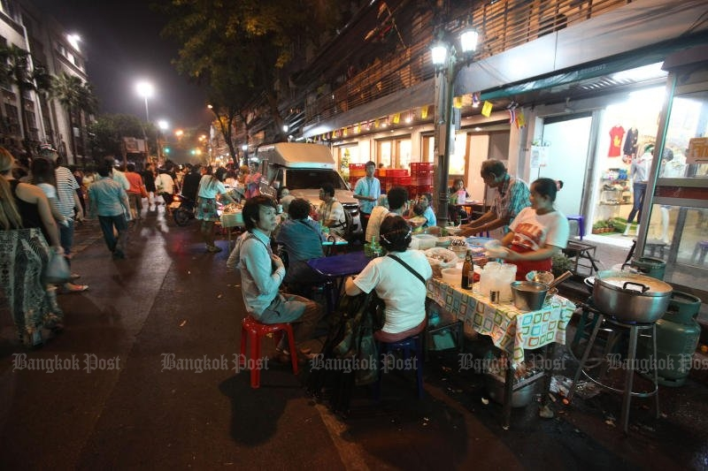 Between the vendors cooking and the patrons eating, City Hall says there is no room left on the footpaths for pedestrians. (Photo by Pornprom Satrabhaya)