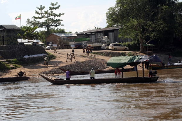 A boat is working its way to a pier in Tak's Mae Sot district.  (Bangkok Post file photo)