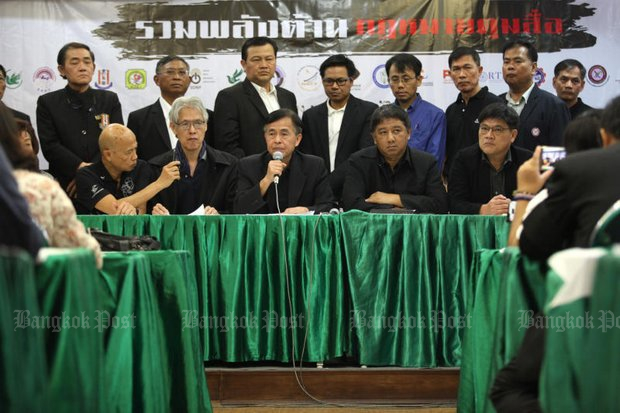 Thepchai Yong (with microphone) and other media representatives have strengthened their opposition to any new body to oversee the free press. (Bangkok Post file photo)
