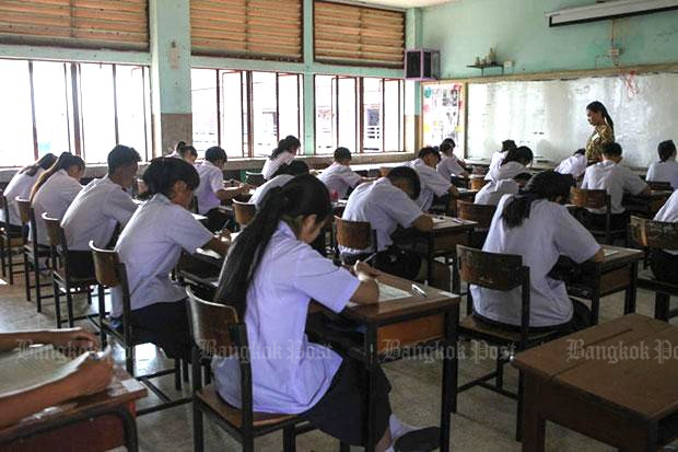 Attempts to change the requirements for science teachers have failed and the Minister of Education will 'adjust' his reform campaign. (Bangkok Post file photo)