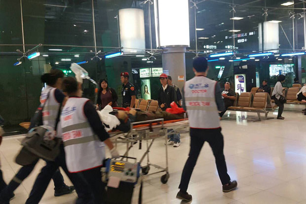 Rescue workers at Suvarnabhumi airport in Samut Prakan province take the fatally injured foreign man to a hospital after he fell four floors from an escalator.(Airports of Thailand photo)