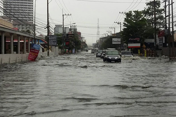 Cars navigate floodwaters in Pattaya on Saturday afternoon. (Photo by Chaiyot Pupattanapong)