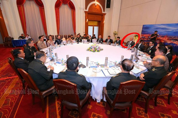 This is where the military says unity begins, as 10 politicians (including Bangkok Shutdown leader Suthep Thaugsuban, circled) are asked 10 questions by generals of 10 reconciliation sub-committees. (Bangkok Post photo)