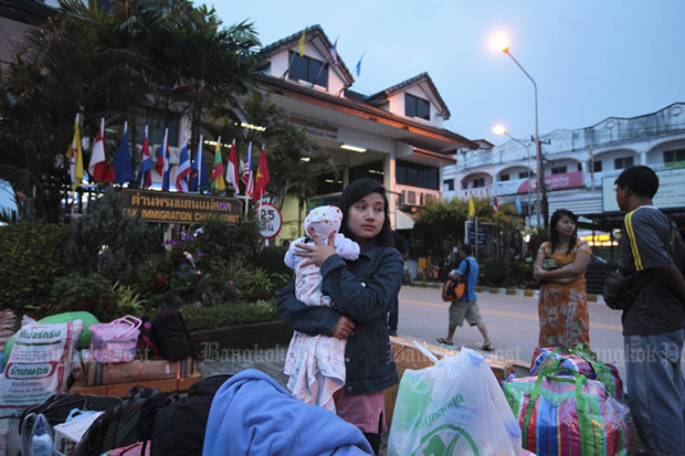 Myanmar workers arrive at Mae Sot border checkpoint early in the morning, preparing to cross the border to return home. (Bangkok Post photo)