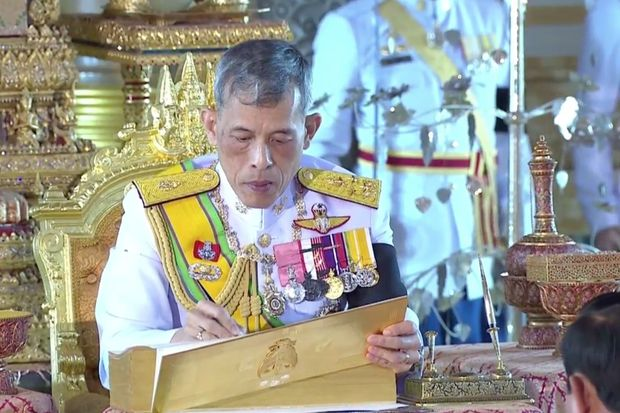 His Majesty King Maha Vajiralongkorn Bodindradebayavarangkun signs Thailand's 20th constitution at the Ananta Samakhom Throne Hall in Bangkok at 3.11pm on Thursday. (Photo captured from live TV broadcast)