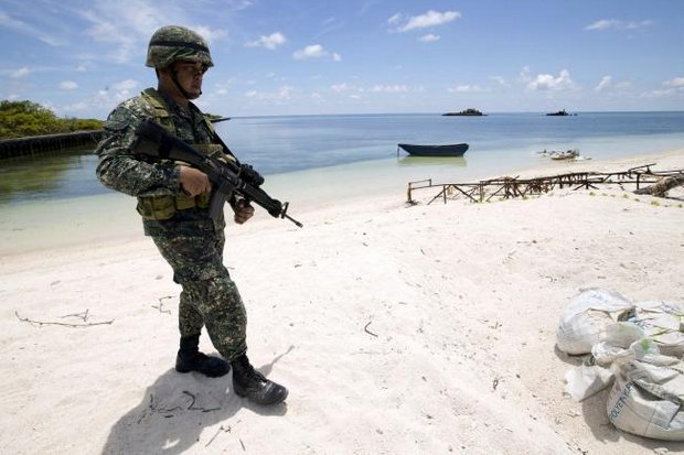 A Filipino soldier patrols at the shore of Pagasa island (Thitu Island) in the Spratly group west of Palawan in this file photo taken May 11, 2015. (Reuters photo)