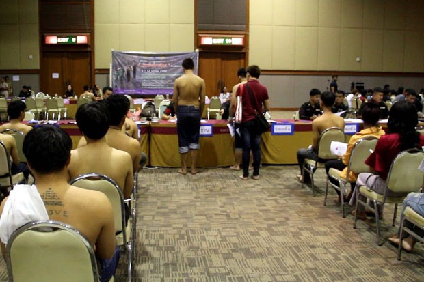 Young men report for the military draft at a hall in the CentralPlaza Udonthani shopping centre on Friday. (Photo by Yuttapong Kumnodnae)
