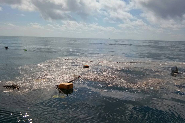 A garbage island is found off Koh Talu in Bang Saphan Noi district, Prachuap Khiri Khan. (Photo from Siam Marine Rehabilitation Foundation)